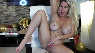 Breasty mommy plays with her old cunt on webcam
