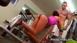 Tattooed coach fucks deep throat and wet cunt of fitness chick Samantha Ardente