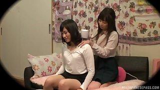 Tsukada Shiori and her lesbian friend please each other's cunts